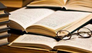 Libros abiertos con unas gafas encima