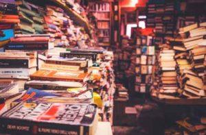 Mesas y estanterías repletas de libros amontonados